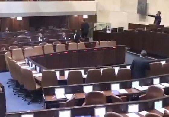 صورة رقم 2 - لحظة إخلاء الكنيست بعد إطلاق صافرات الإنذار بالقدس.. هلع بين النواب وتسابق على المغادرة (فيديو)