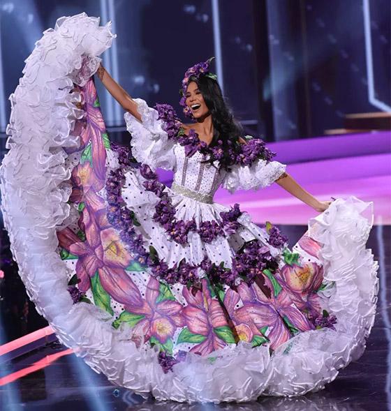 صورة رقم 1 - صور: أبهر وأجمل الأزياء الوطنية في مسابقة ملكة جمال الكون 2021