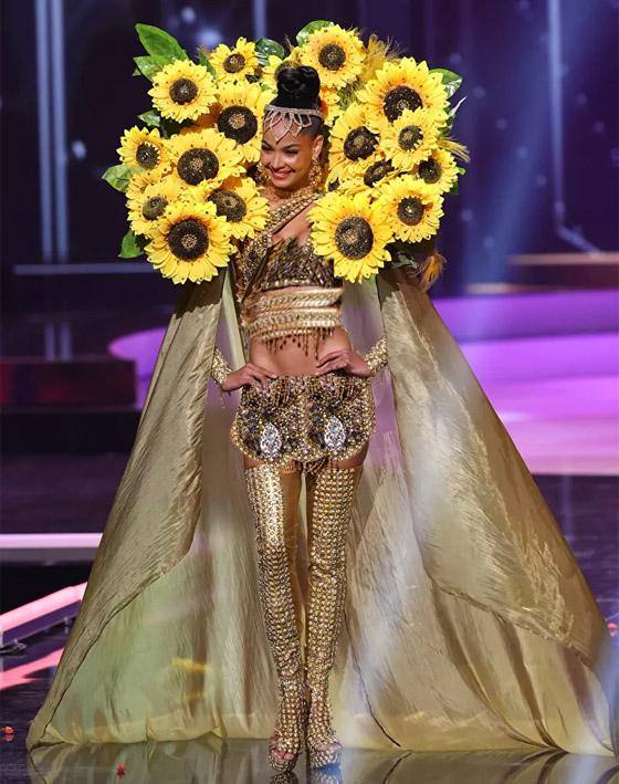 صورة رقم 2 - صور: أبهر وأجمل الأزياء الوطنية في مسابقة ملكة جمال الكون 2021