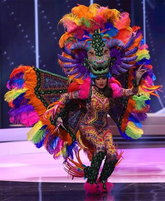صورة رقم 10 - صور: أبهر وأجمل الأزياء الوطنية في مسابقة ملكة جمال الكون 2021