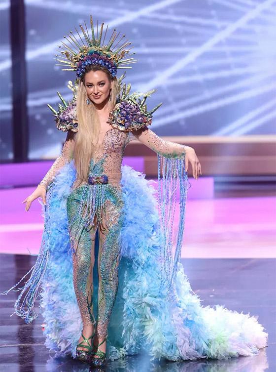 صورة رقم 13 - صور: أبهر وأجمل الأزياء الوطنية في مسابقة ملكة جمال الكون 2021