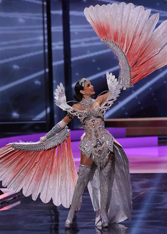 صورة رقم 16 - صور: أبهر وأجمل الأزياء الوطنية في مسابقة ملكة جمال الكون 2021