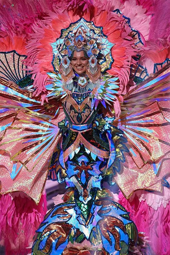 صورة رقم 17 - صور: أبهر وأجمل الأزياء الوطنية في مسابقة ملكة جمال الكون 2021