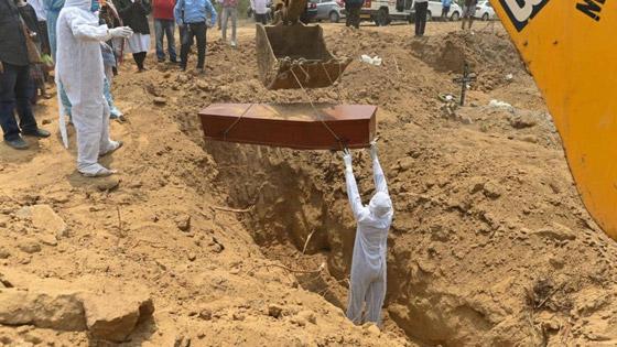 كورونا يفتك بالهند.. أعلى عدد وفيات بالعالم في يوم واحد صورة رقم 1