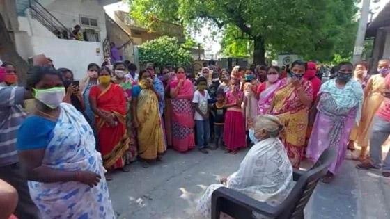 صورة رقم 4 - أغرب من الخيال: رجل هندى يدفن جثة زوجته ويقيم لها جنازة ليفاجأ بعودتها للمنزل!