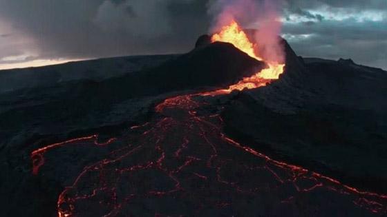 صورة رقم 2 - فيديو يخطف الأنفاس للقطات تظهر نهر من النار والحمم في آيسلندا