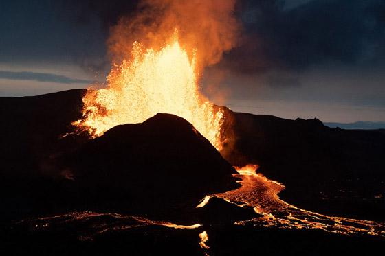 صورة رقم 3 - فيديو يخطف الأنفاس للقطات تظهر نهر من النار والحمم في آيسلندا