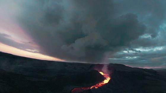 صورة رقم 4 - فيديو يخطف الأنفاس للقطات تظهر نهر من النار والحمم في آيسلندا