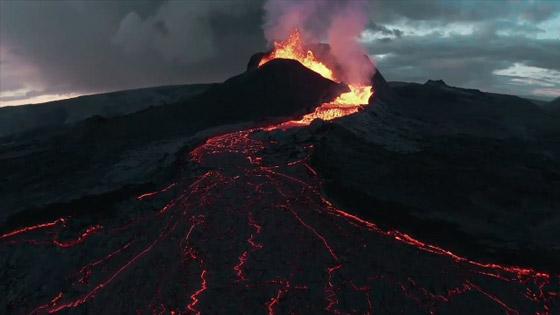صورة رقم 5 - فيديو يخطف الأنفاس للقطات تظهر نهر من النار والحمم في آيسلندا