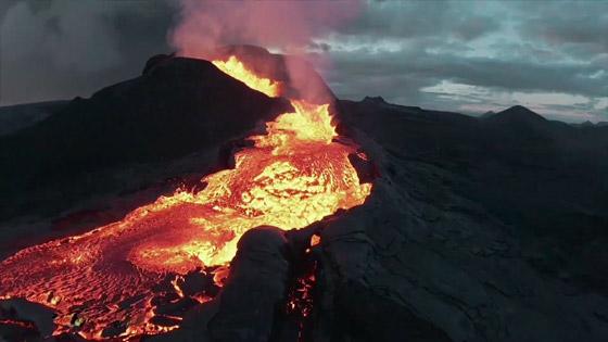 صورة رقم 6 - فيديو يخطف الأنفاس للقطات تظهر نهر من النار والحمم في آيسلندا