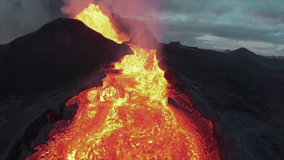 صورة رقم 7 - فيديو يخطف الأنفاس للقطات تظهر نهر من النار والحمم في آيسلندا