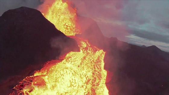 صورة رقم 8 - فيديو يخطف الأنفاس للقطات تظهر نهر من النار والحمم في آيسلندا