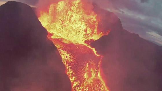 صورة رقم 9 - فيديو يخطف الأنفاس للقطات تظهر نهر من النار والحمم في آيسلندا