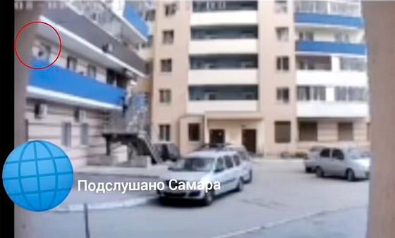 ماما أنا خائفة! طفلة تستنجد بوالدتها علقتها من الشرفة قبل أن تسقط وتموت! صورة رقم 2