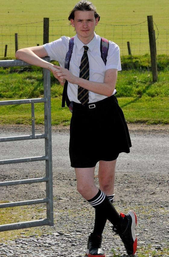صورة رقم 1 - صور طريفة: طالب (16 عاما) يذهب للمدرسة مرتديا تنورة شقيقته بسبب الحر