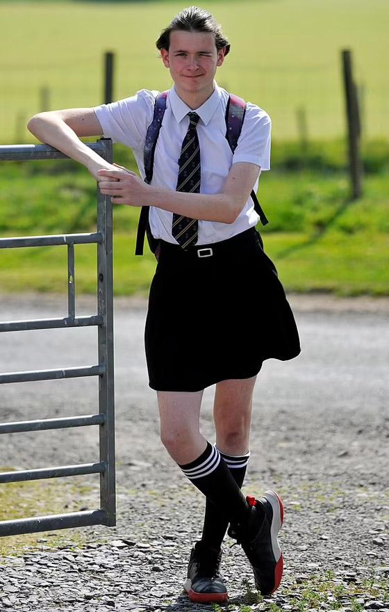 صورة رقم 3 - صور طريفة: طالب (16 عاما) يذهب للمدرسة مرتديا تنورة شقيقته بسبب الحر