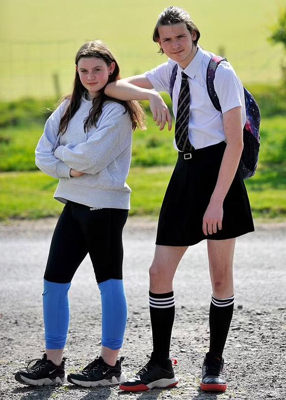 صورة رقم 2 - صور طريفة: طالب (16 عاما) يذهب للمدرسة مرتديا تنورة شقيقته بسبب الحر