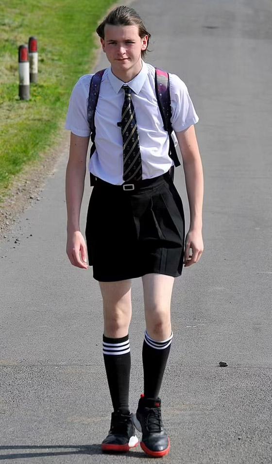 صورة رقم 4 - صور طريفة: طالب (16 عاما) يذهب للمدرسة مرتديا تنورة شقيقته بسبب الحر