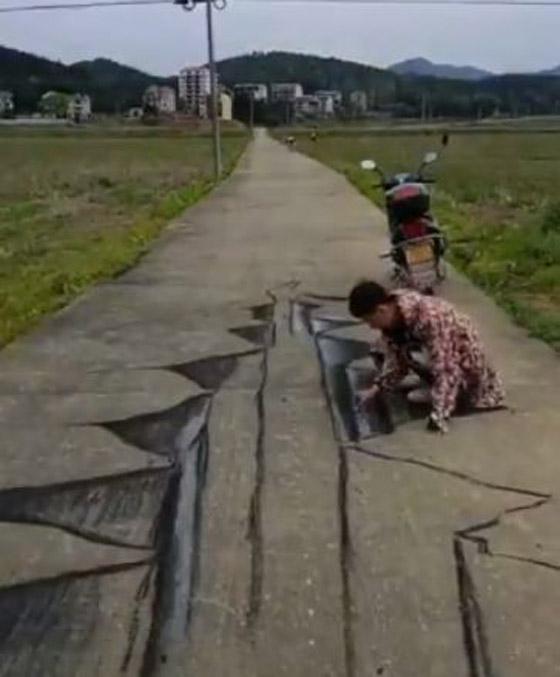 صورة رقم 2 - فيديو وصور: فنان صيني يبدع برسم لوحات وهمية ثلاثية الابعاد على الارض لشقوق وحفر تخدع المارة