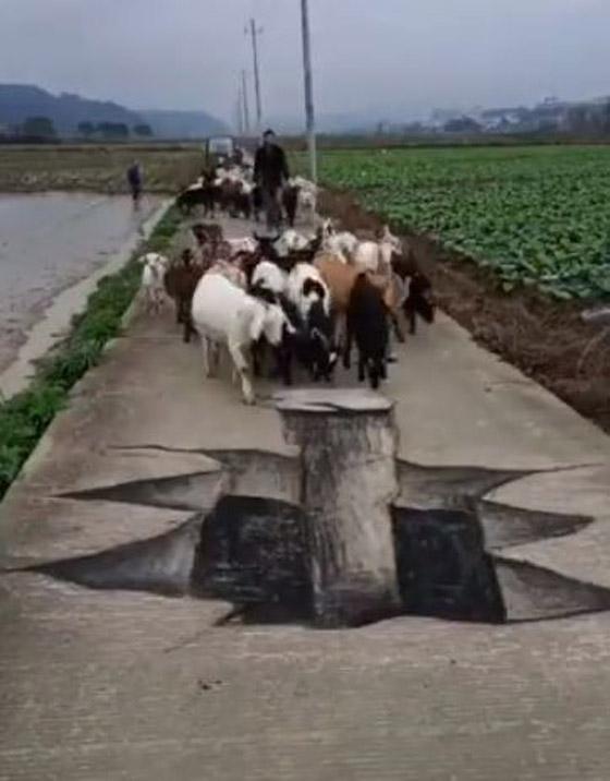صورة رقم 3 - فيديو وصور: فنان صيني يبدع برسم لوحات وهمية ثلاثية الابعاد على الارض لشقوق وحفر تخدع المارة