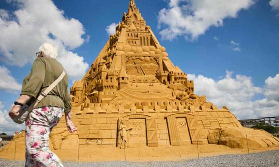 صورة رقم 9 - الدنمارك تدخل موسوعة غينيس بأطول قلعة رملية.. وقمتها تحمل المفاجأة