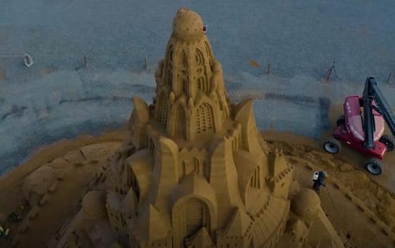 صورة رقم 10 - الدنمارك تدخل موسوعة غينيس بأطول قلعة رملية.. وقمتها تحمل المفاجأة