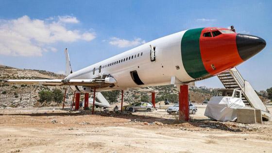 صورة رقم 1 - فلسطينيان يحو لان طائرة بوينغ 707 الى مطعم وقاعة أفراح