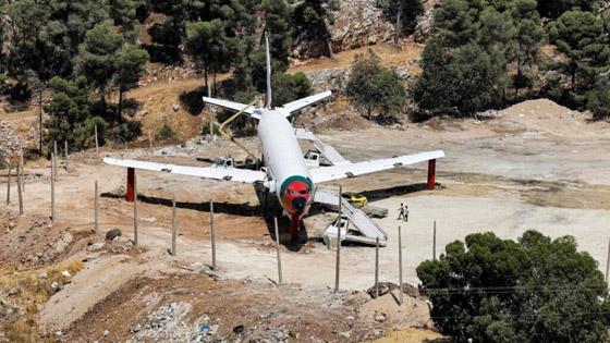 صورة رقم 4 - فلسطينيان يحو لان طائرة بوينغ 707 الى مطعم وقاعة أفراح