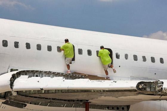 صورة رقم 5 - فلسطينيان يحو لان طائرة بوينغ 707 الى مطعم وقاعة أفراح