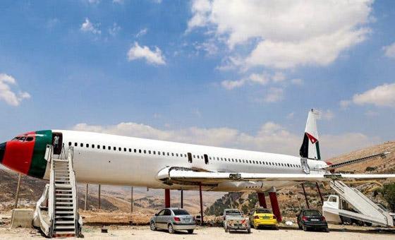 صورة رقم 6 - فلسطينيان يحو لان طائرة بوينغ 707 الى مطعم وقاعة أفراح