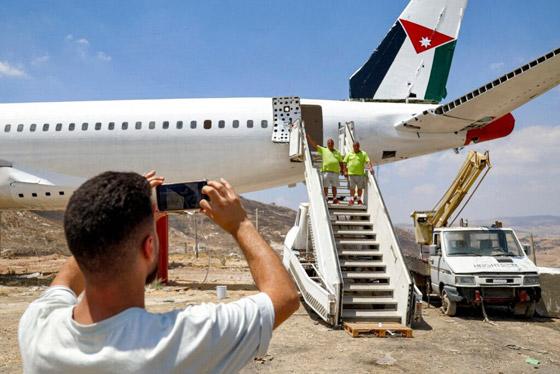 صورة رقم 8 - فلسطينيان يحو لان طائرة بوينغ 707 الى مطعم وقاعة أفراح