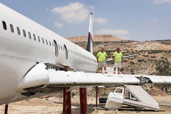 صورة رقم 9 - فلسطينيان يحو لان طائرة بوينغ 707 الى مطعم وقاعة أفراح