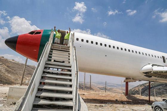 صورة رقم 10 - فلسطينيان يحو لان طائرة بوينغ 707 الى مطعم وقاعة أفراح