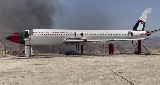 صورة رقم 12 - فلسطينيان يحو لان طائرة بوينغ 707 الى مطعم وقاعة أفراح
