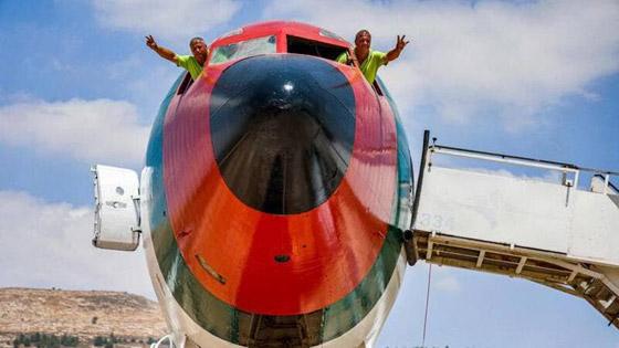 صورة رقم 13 - فلسطينيان يحو لان طائرة بوينغ 707 الى مطعم وقاعة أفراح