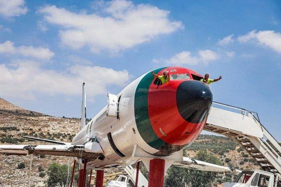 صورة رقم 14 - فلسطينيان يحو لان طائرة بوينغ 707 الى مطعم وقاعة أفراح