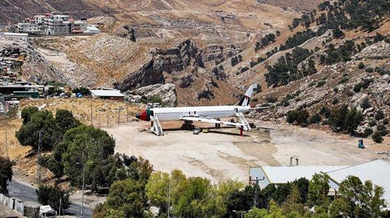 صورة رقم 16 - فلسطينيان يحو لان طائرة بوينغ 707 الى مطعم وقاعة أفراح