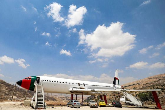 صورة رقم 18 - فلسطينيان يحو لان طائرة بوينغ 707 الى مطعم وقاعة أفراح