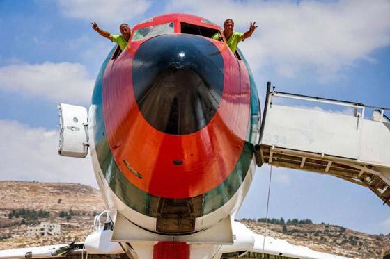 صورة رقم 19 - فلسطينيان يحو لان طائرة بوينغ 707 الى مطعم وقاعة أفراح