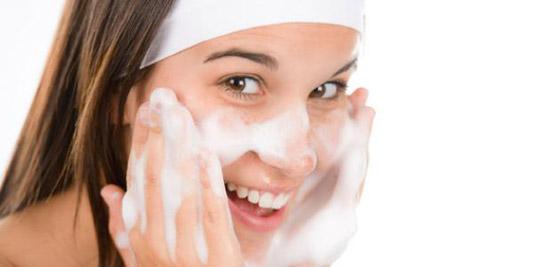 صورة رقم 2 - 5 خطوات بسيطة لتنظيف البشرة في المنزل