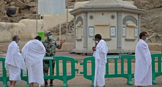 صورة رقم 1 - الحجاج يرمون جمرة العقبة الكبرى بأول أيام عيد الأضحى