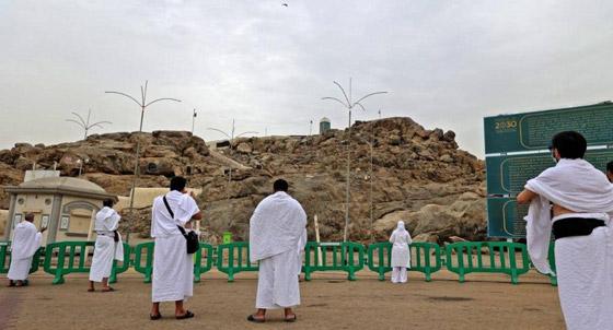 صورة رقم 2 - الحجاج يرمون جمرة العقبة الكبرى بأول أيام عيد الأضحى