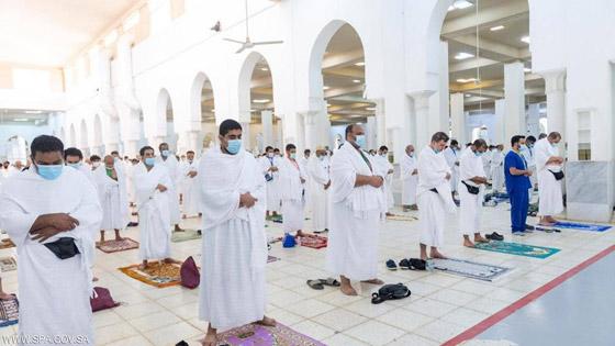 صورة رقم 3 - الحجاج يرمون جمرة العقبة الكبرى بأول أيام عيد الأضحى