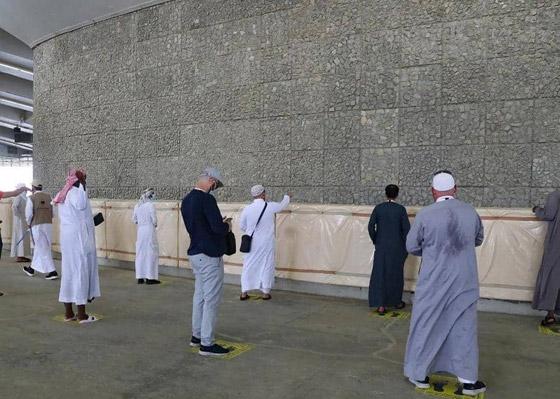 صورة رقم 4 - الحجاج يرمون جمرة العقبة الكبرى بأول أيام عيد الأضحى