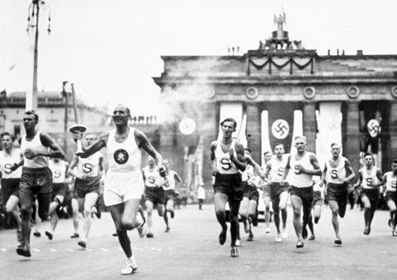عادة ابتكرها النازيون وتعتمد لليوم بالألعاب الأولمبية صورة رقم 5