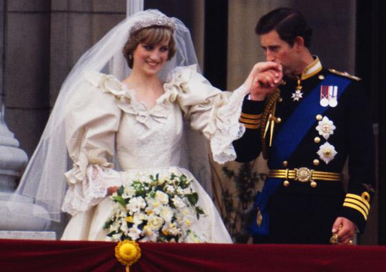 صورة رقم 7 - بعد مرور 40 عاما.. قطعة من كعكة زفاف الأمير تشارلز وديانا للبيع! صور