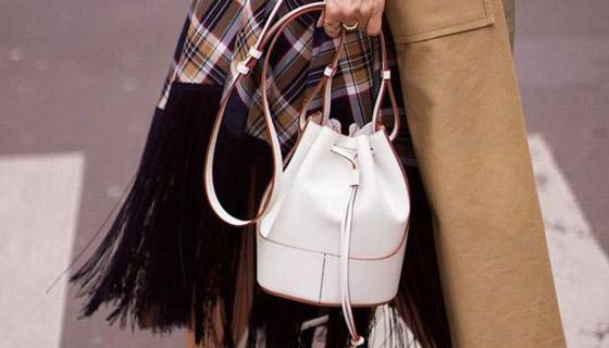 صورة رقم 5 - الحقيبة الدلو تتربع على عرش الموضة