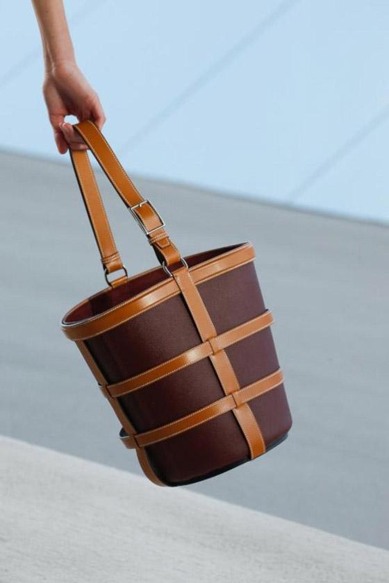 صورة رقم 2 - الحقيبة الدلو تتربع على عرش الموضة