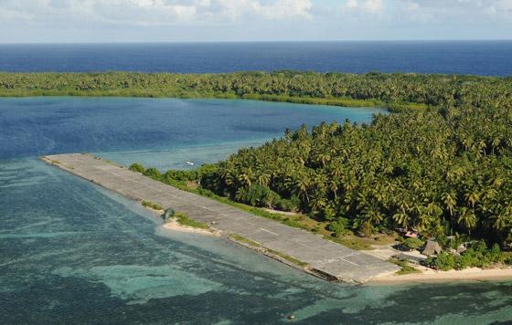 صورة رقم 6 - ينجيلاب.. جزيرة غريبة لا يرى سكانها إلا باللون الأبيض والأسود