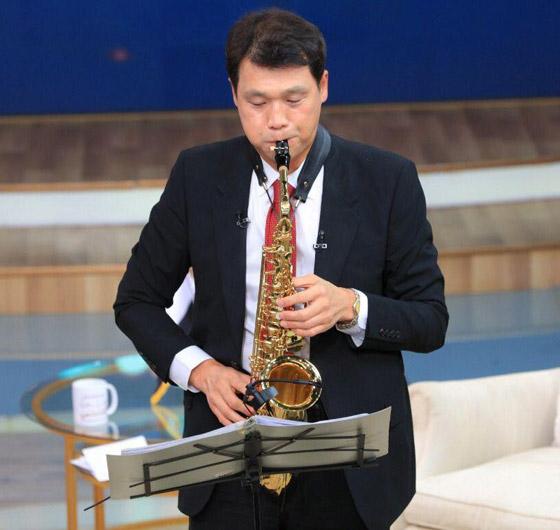 صورة رقم 1 - فيديو: السفير الكوري يفاجئ المصريين ويعزف أغنية